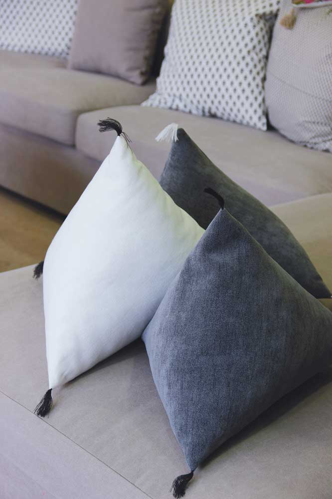 Coussins berlingots blanc et anthracite. Disponibles dans toutes les dimensions et coloris.