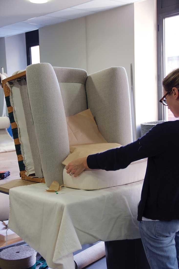 Réfection d'un fauteuil par notre tapissière