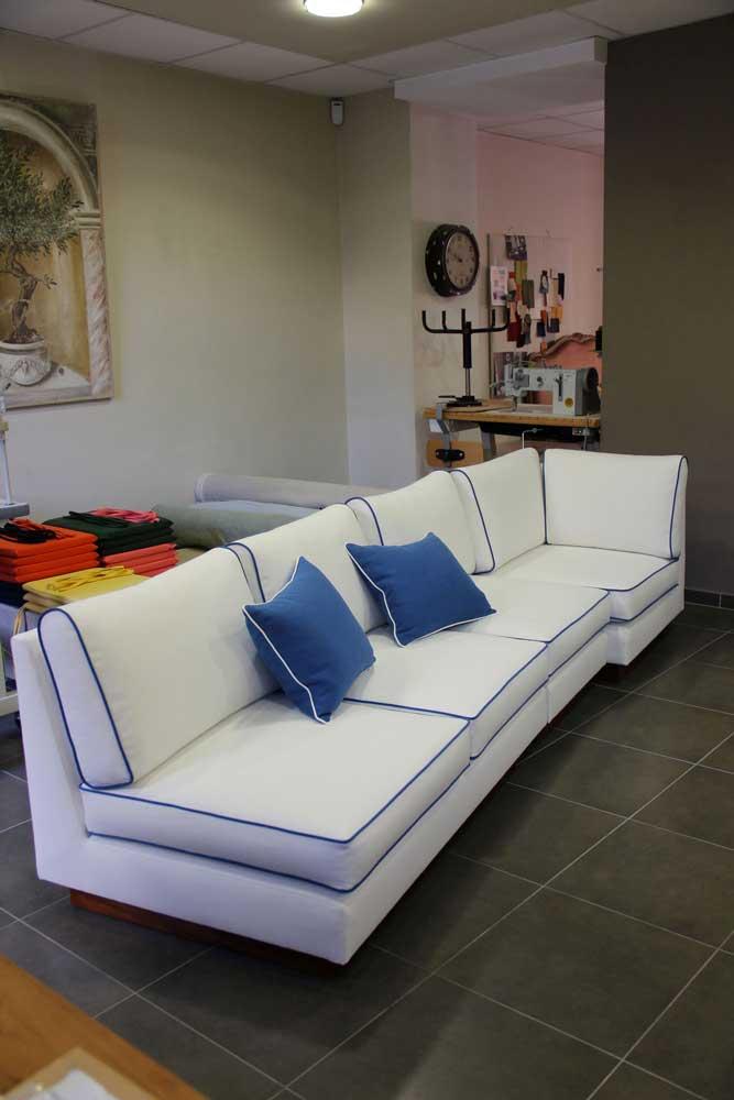 Recouvrement d'un canapé blanc finitions liseré ganse bleu. Tissu toiles de Mayenne et Arthur Lin&Coton.