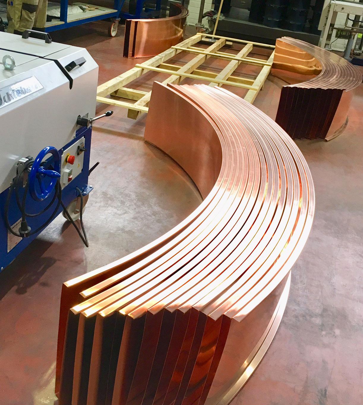 Profileuse et bac à joint debout en cuivre naturel cintré