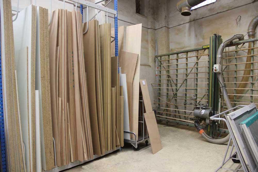 Atelier découpe de bois et verre.